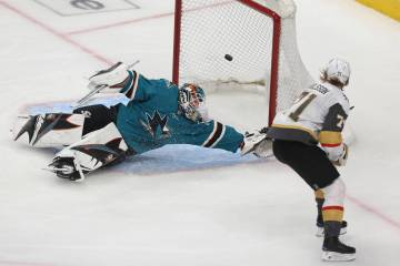 El centro de Golden Knights William Karlsson (71) anota un gol corto contra el portero Aaron De ...