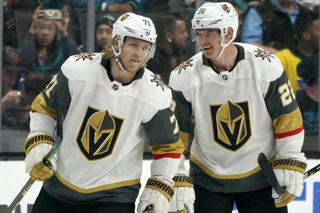 El centro de los Golden Knights de Las Vegas William Karlsson (71) es felicitado por su compañ ...