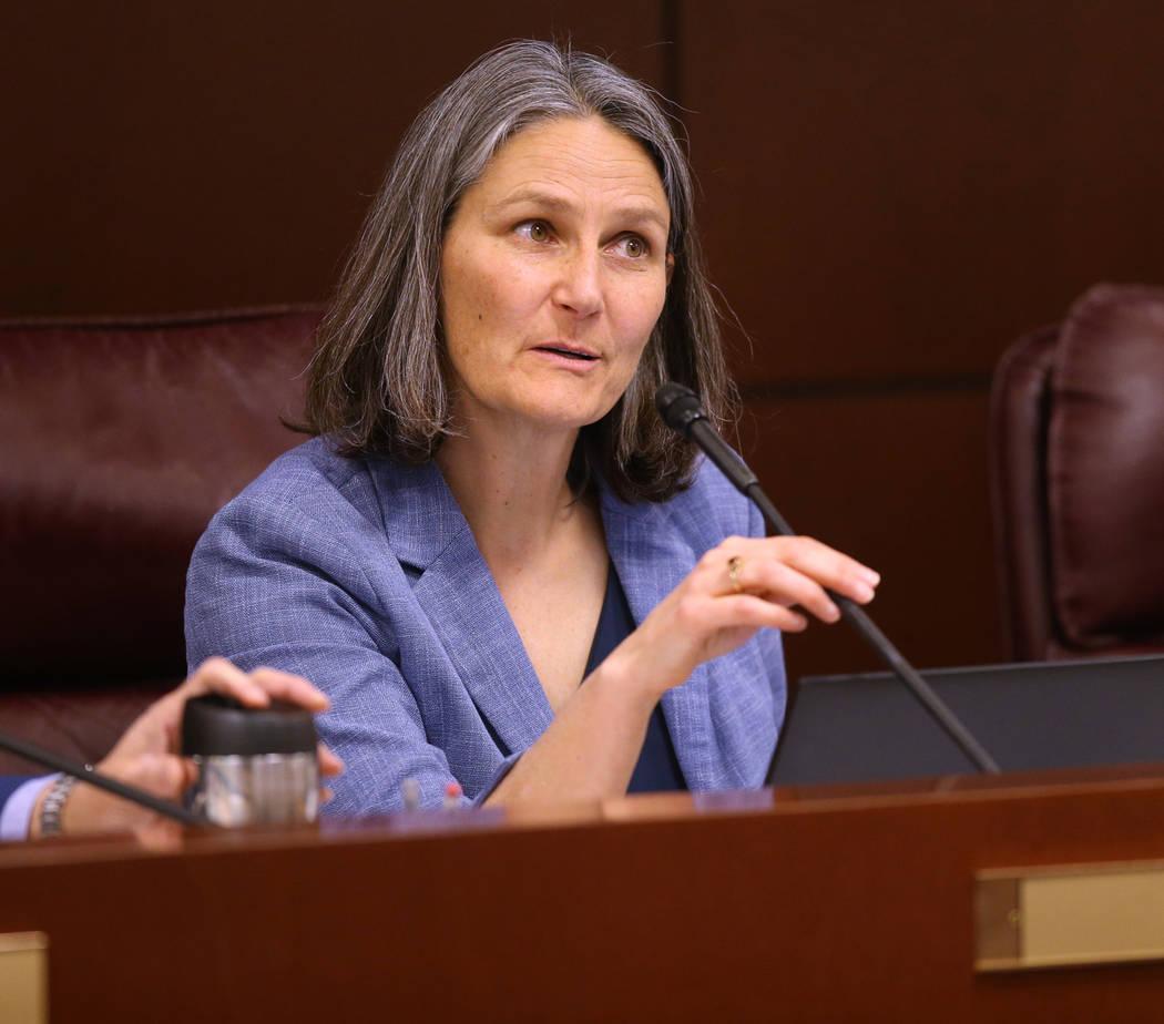 La senadora Julia Ratti, D-Sparks, dirige una reunión del Comité de Salud y Servicios Humanos ...