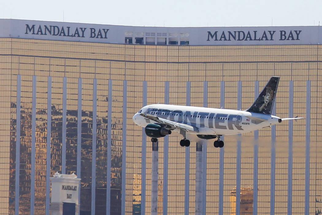 Un vuelo de Frontier Airlines pasa frente al hotel-casino Mandalay Bay al acercarse al Aeropuer ...