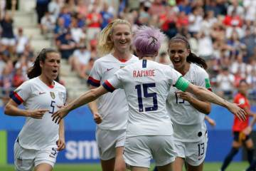 Megan Rapinoe de Estados Unidos, al frente, celebra con sus compañeras de equipo luego de marc ...