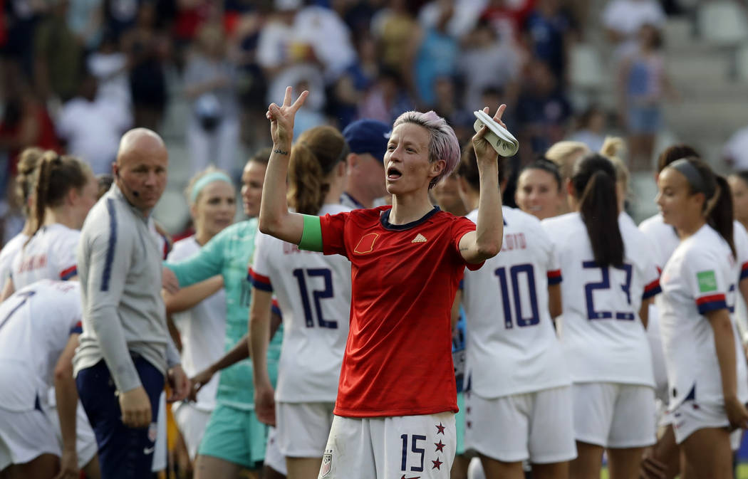 Megan Rapinoe de Estados Unidos celebra al final de la ronda entre España y EU de la Copa Mund ...