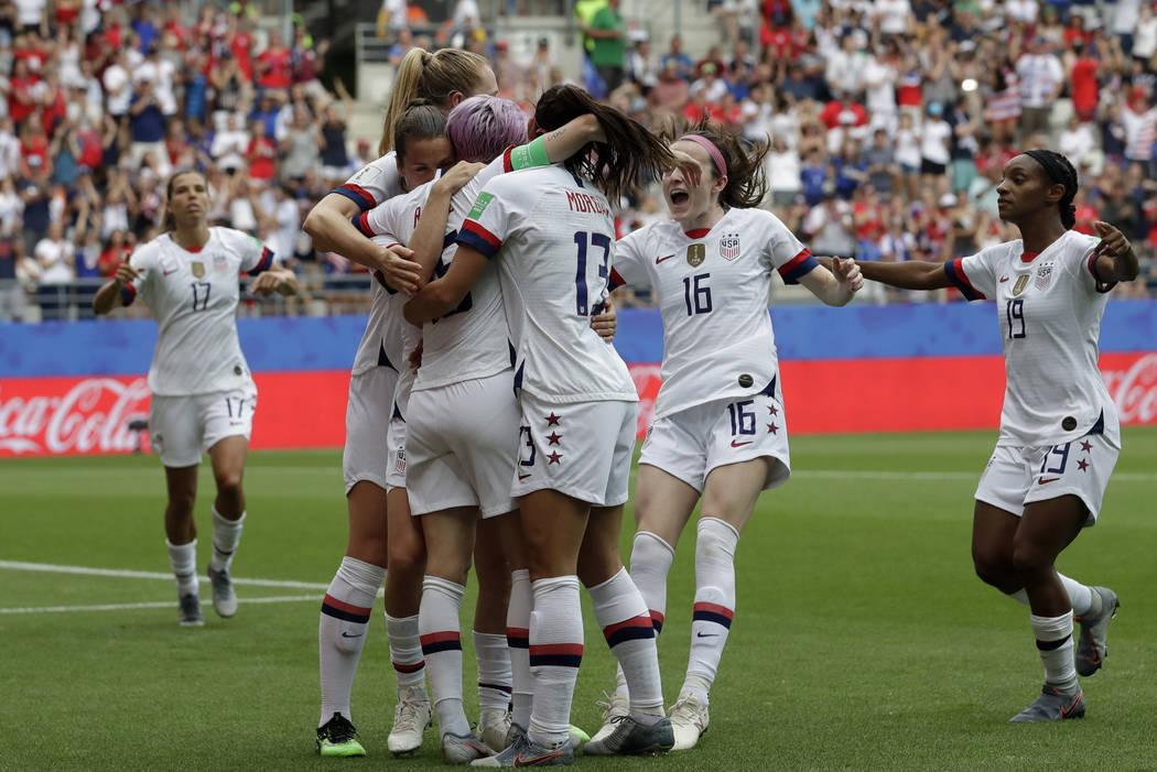 Las jugadoras de los Estados Unidos celebran después de que su compañera Megan Rapinoe anotó ...