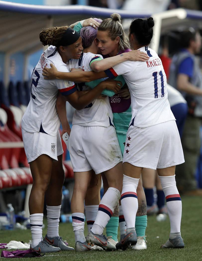 Las jugadoras de Estados Unidos celebran al final de la ronda entre España y Estados Unidos de ...