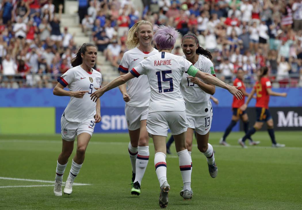 La estadounidense Megan Rapinoe, al frente, celebra con sus compañeras de equipo después de m ...
