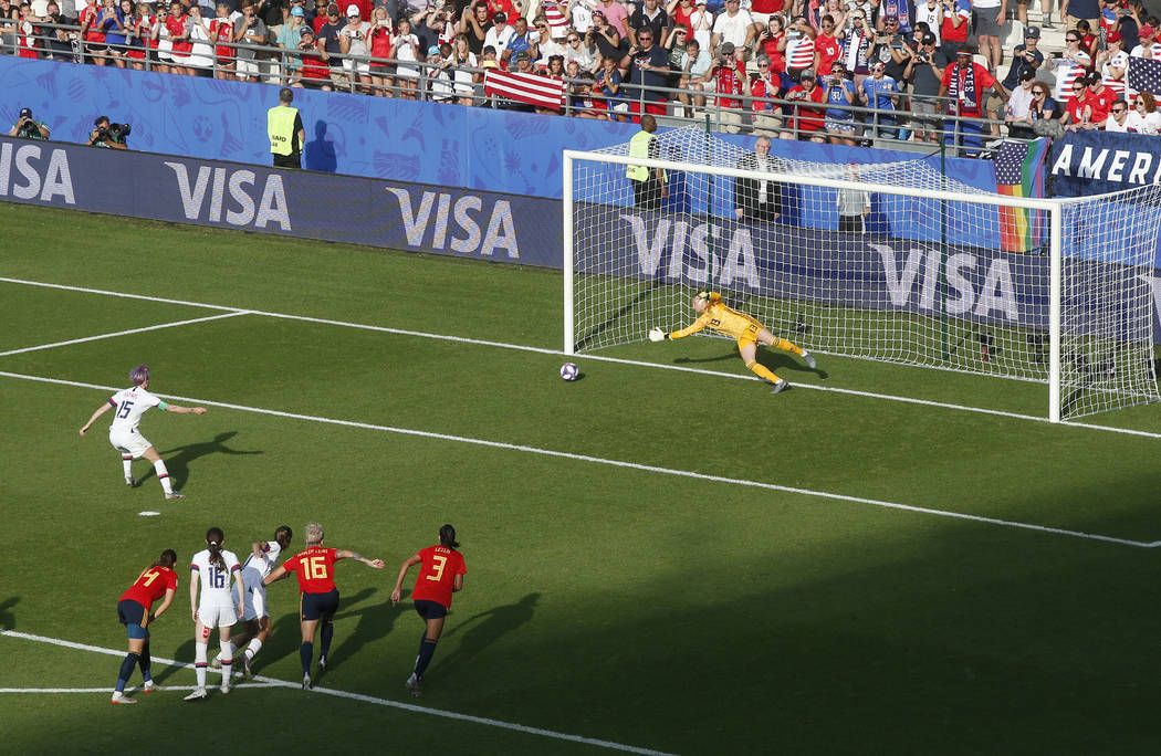 La estadounidense Megan Rapinoe, a la izquierda, marca el segundo gol de su equipo por la vía ...
