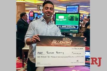 Sean Barry de Ohio muestra su premio luego de ganar en The Millionaire Progressive el viernes 2 ...