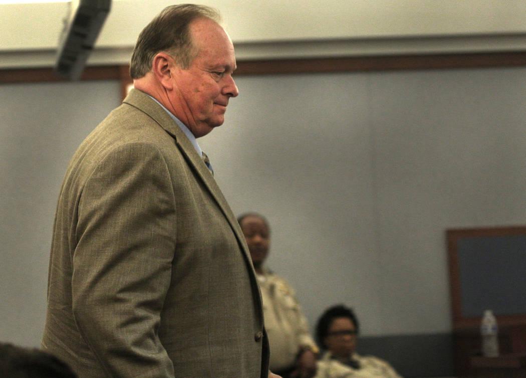 El entrenador de perros Ricky Allen Davis espera su audiencia en el Centro de Justicia Regional ...