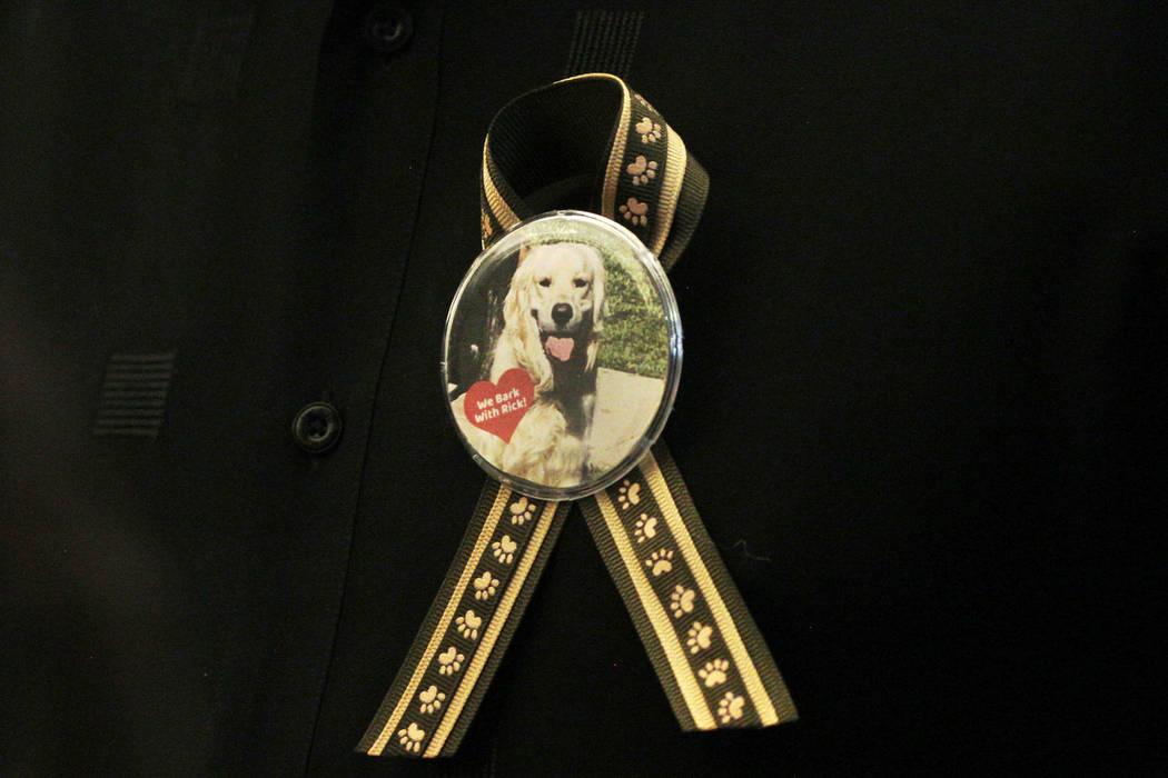 Un simpatizante del entrenador de perros Ricky Allen Davis usa un botón durante la audiencia d ...