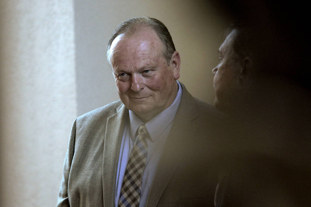 El entrenador de perros Ricky Allen Davis sale de la sala del tribunal después de su audiencia ...