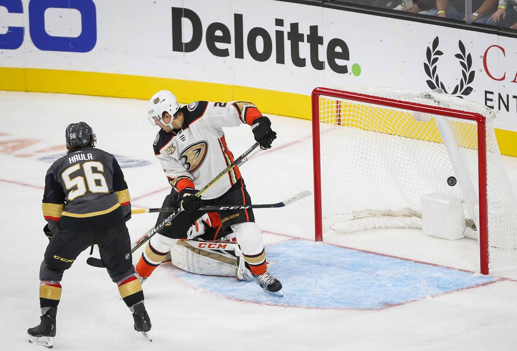 Erik Haula (56), ala izquierda de los Golden Knights de Las Vegas, anota contra los Ducks de An ...