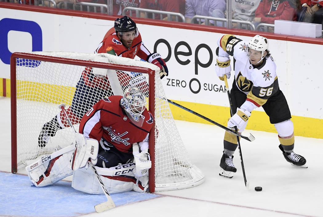Erik Haula (56), ala izquierda de los Golden Knights de Las Vegas, patina con el puck al lado d ...