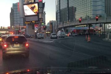 La policía de Las Vegas investiga un accidente de cuatro vehículos en el Strip de Las Vegas e ...
