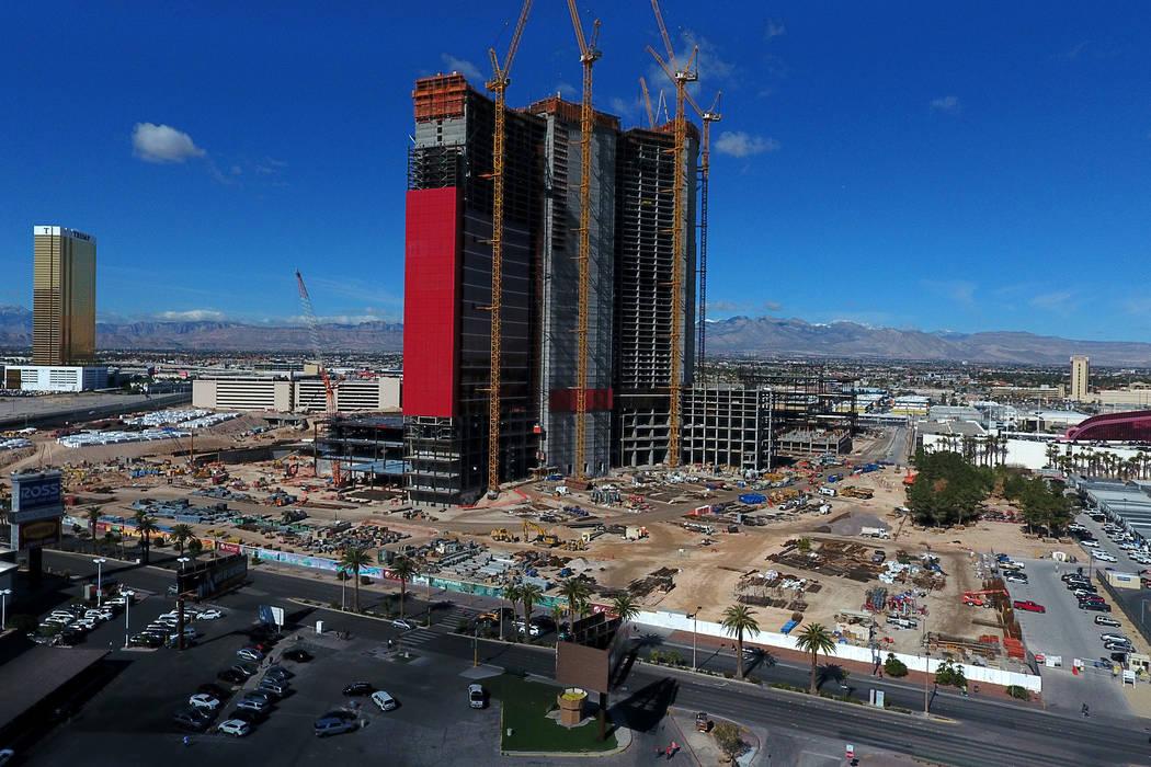 Foto aérea del Resorts World Las Vegas, de temática china, en construcción en el antiguo sit ...