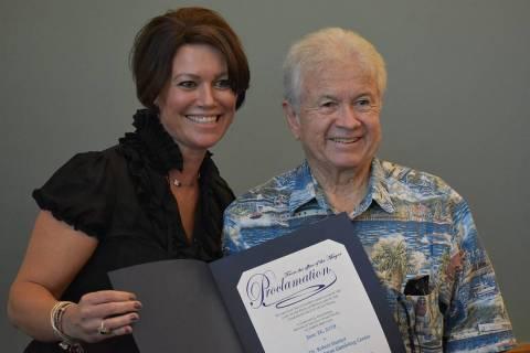 Stephanie Goodman, directora ejecutiva del centro recibió una proclama de parte de la alcaldes ...