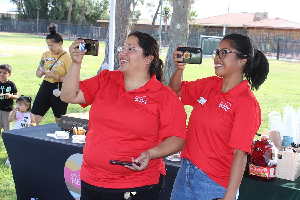Bertha Gutierrez (izq), coordinadora de voluntarios de GON, comentó que no hay compromiso en l ...