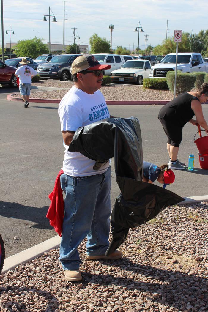 Ricardo García, voluntario, ha asistido a parques en Henderson y North Las Vegas para limpiar. ...