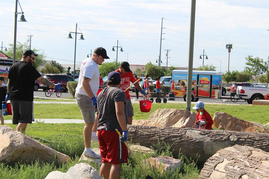 Los voluntarios de GON también remueven grafitis, limpian las áreas de juegos y recolectan ba ...