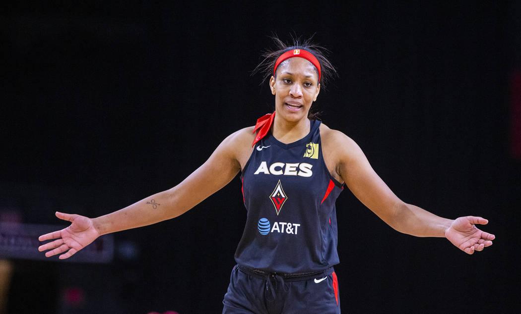 La alera de Las Vegas Aces, A'ja Wilson (22), está complacida con su desempeño en el partido ...