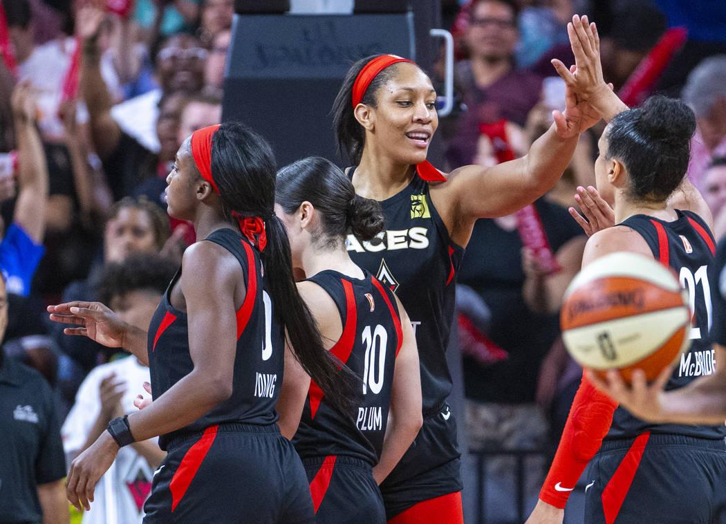 La alera de Las Vegas Aces, A'ja Wilson, celebra la victoria con sus compañeras de equipo cont ...