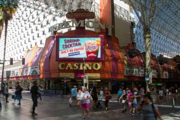 La gente camina por el casino Fremont en Las Vegas, miércoles 12 de junio de 2019. (Michael Bl ...