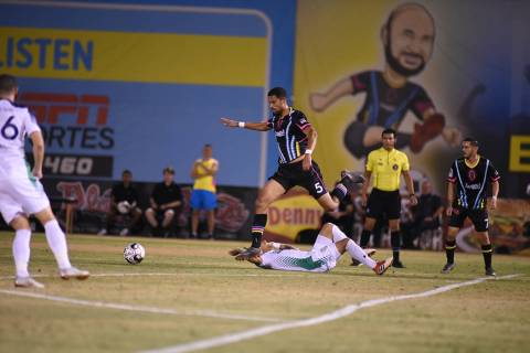 Javan Torre (5) defensor de Las Vegas Lights FC, recupera un balón saltando sobre un jugador d ...