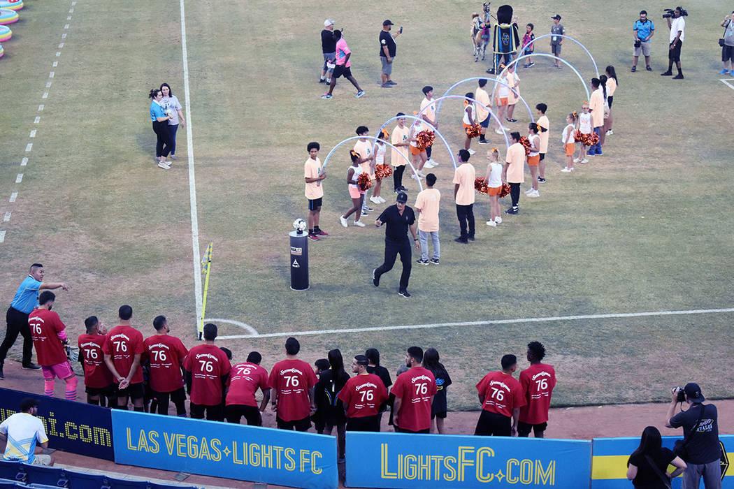 Los jugadores de Las Vegas Lights FC saltaron a la cancha con el jersey que usó Eric Wynalda e ...