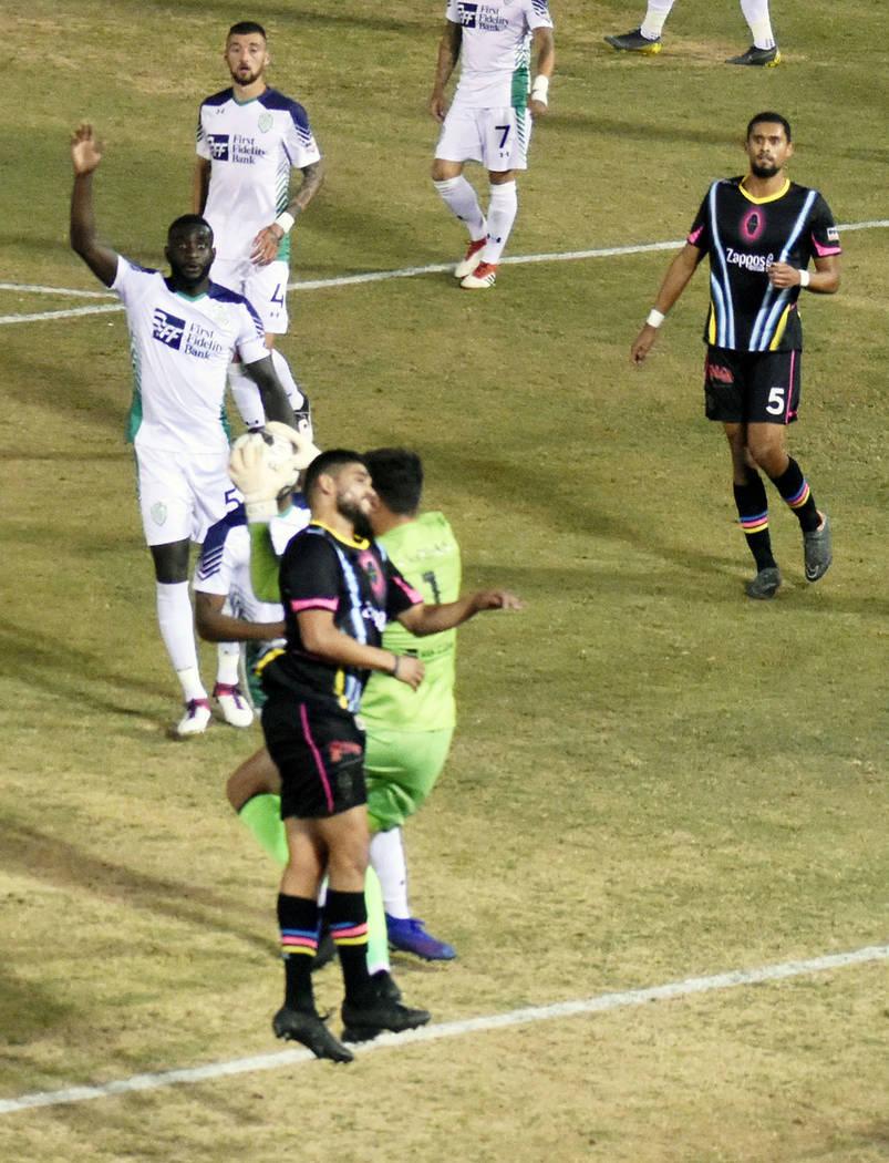 Irvin Raúl Parra (11) disputa un balón con la defensa de OKC Energy FC. Sábado 29 de junio d ...