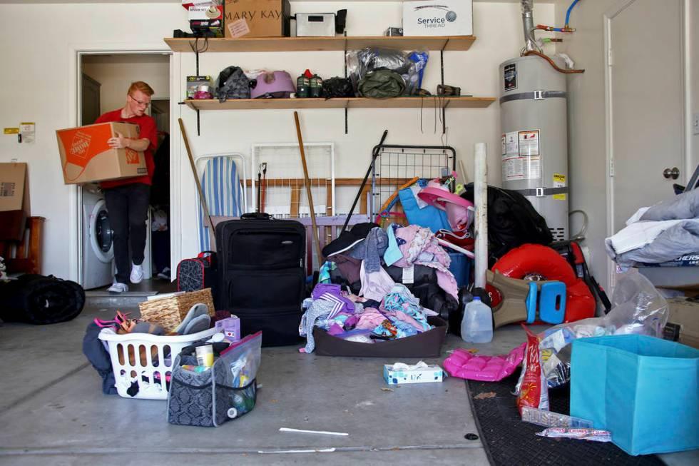 Aidan Swainston lleva a cabo una caja en la antigua casa de Kari Monson en Las Vegas, el lunes ...