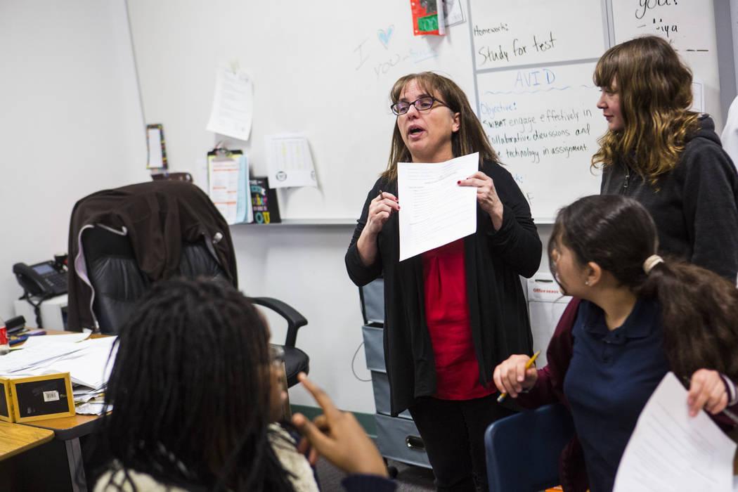 Gina Salazar, coordinadora del programa AVID en la secundaria Johnston, se dirige a sus estudia ...