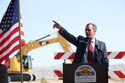 El gerente de la ciudad de North Las Vegas, Ryann Juden, señala durante las ceremonias para co ...