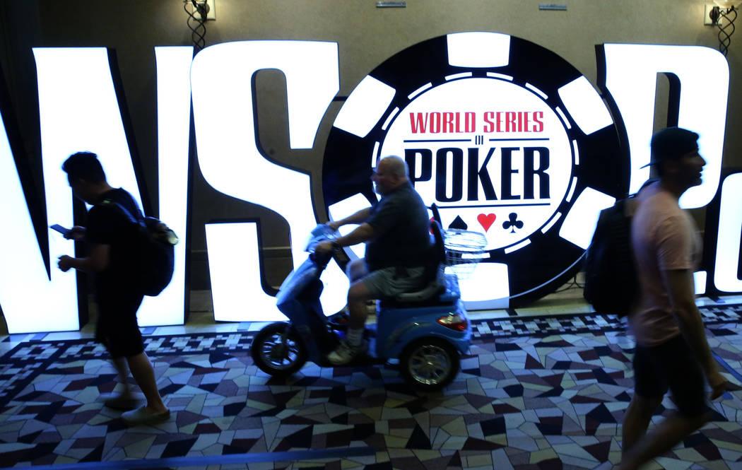 Los jugadores pasan por el cartel del Torneo de la Serie Mundial de Póker (WSOP) durante el to ...