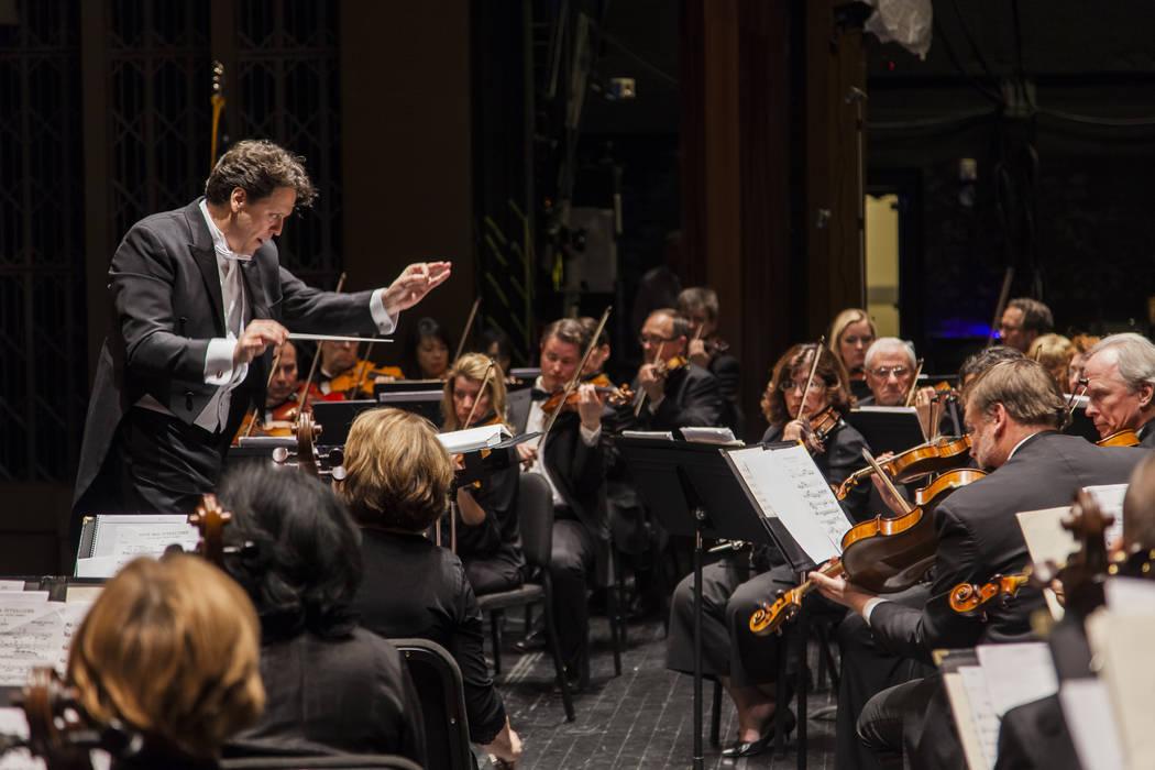 Donato Cabrera dirige la Filarmónica de Las Vegas. (Filarmónica de Las Vegas)