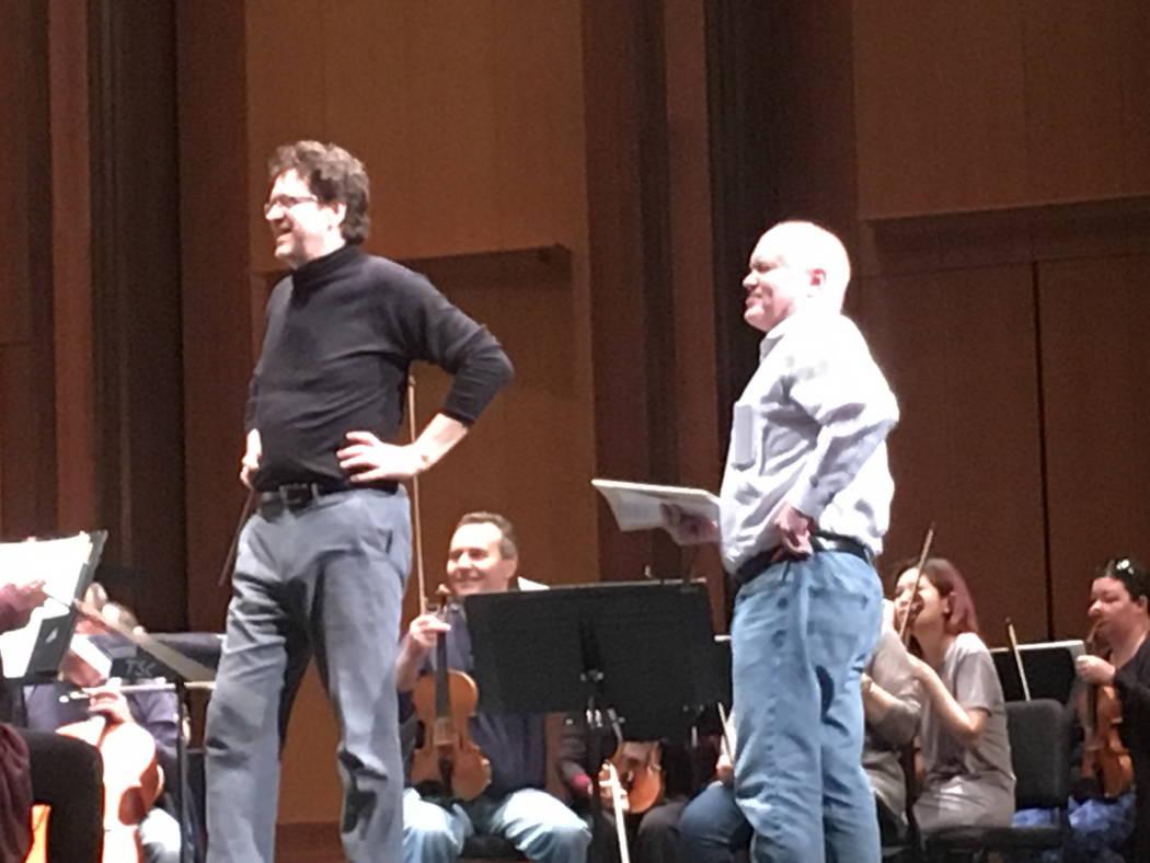 El director musical de la Filarmónica de Las Vegas, Donato Cabrera, da la bienvenida al compos ...