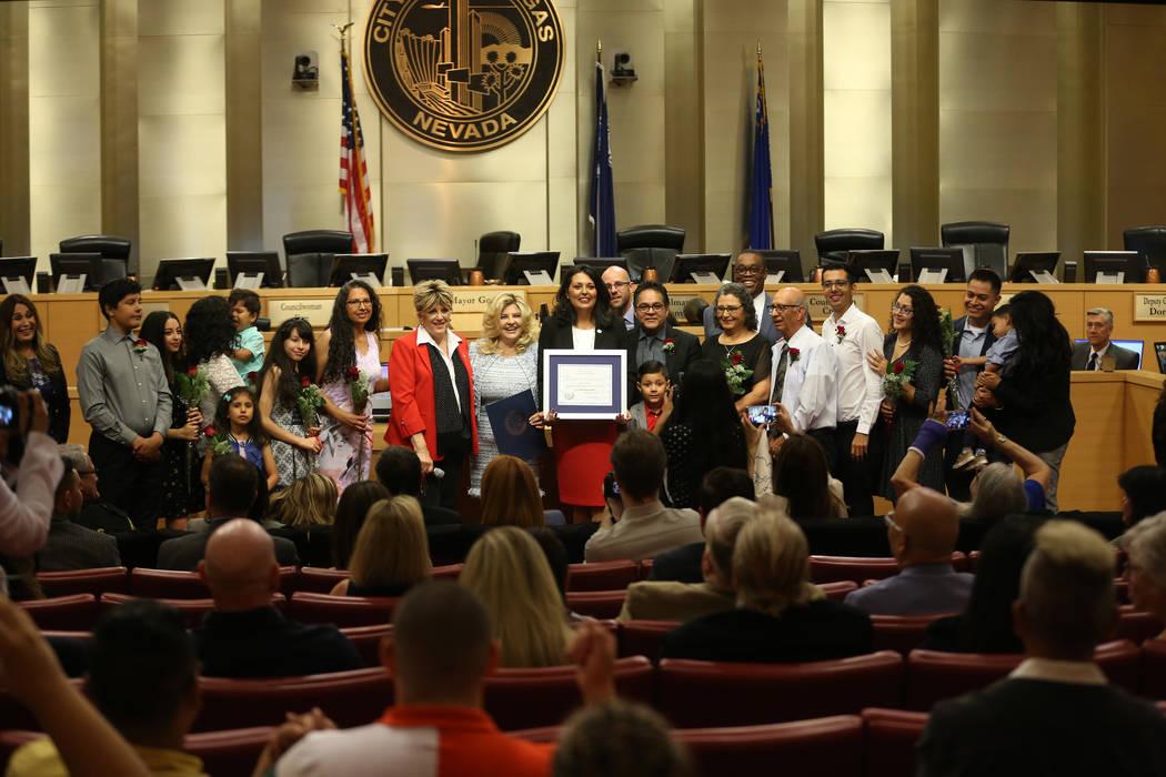 La nueva concejala Olivia Díaz, en el centro, es fotografiada con su familia y dignatarios de ...