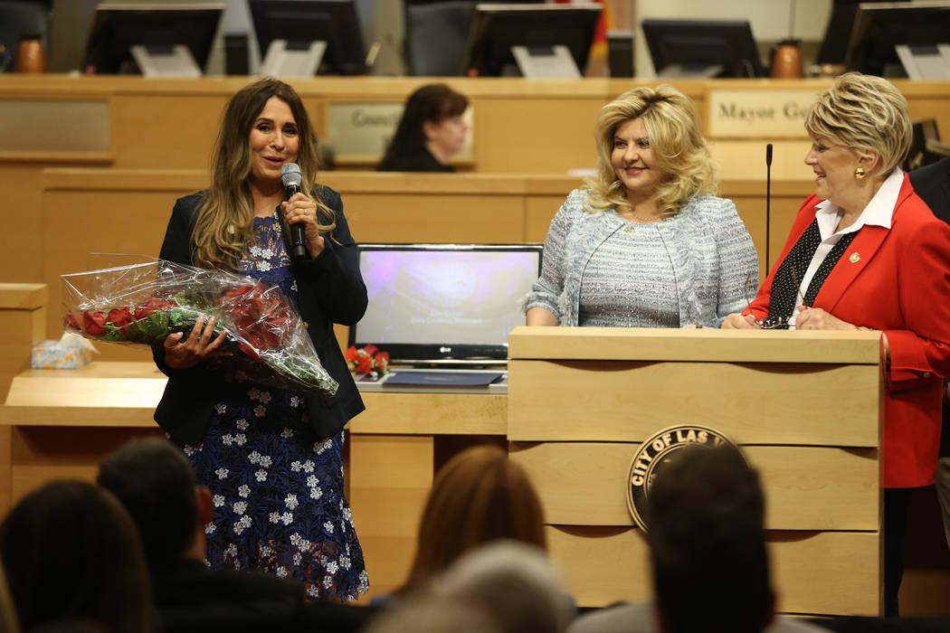 La nueva concejal Victoria Seaman, desde la izquierda, pronuncia un discurso luego de asumir el cargo, con la concejal Michele Fiore y la alcaldesa Carolyn Goodman, en el Ayuntamiento de Las Vegas el miércoles, 3 de julio de 2019. (Erik Verduzco / Las Vegas Review -Journal) @Erik_Verduzco