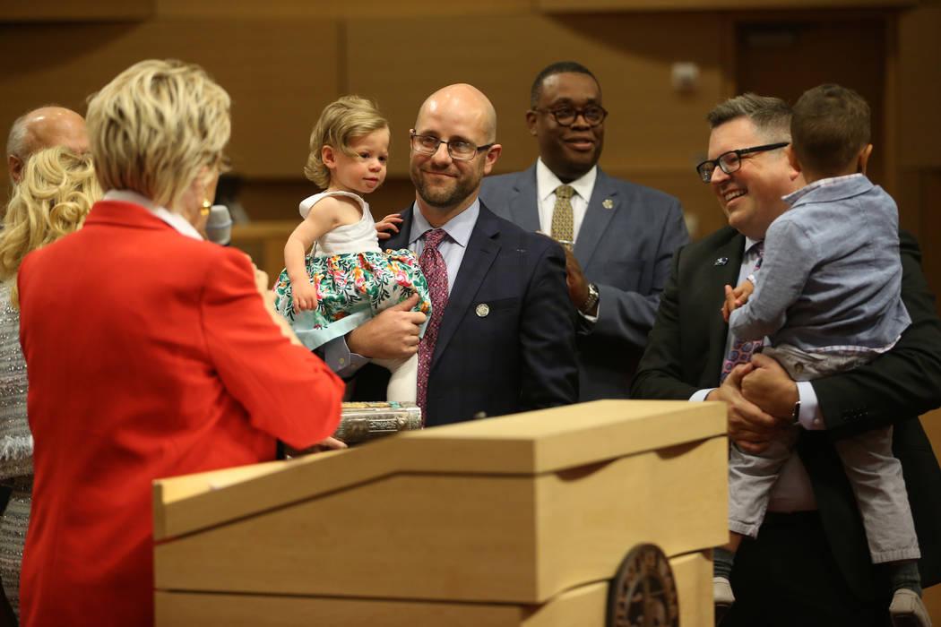 El nuevo concejal Brian Knudsen, en el centro, quien sostiene a su hija Kate, de un año de eda ...