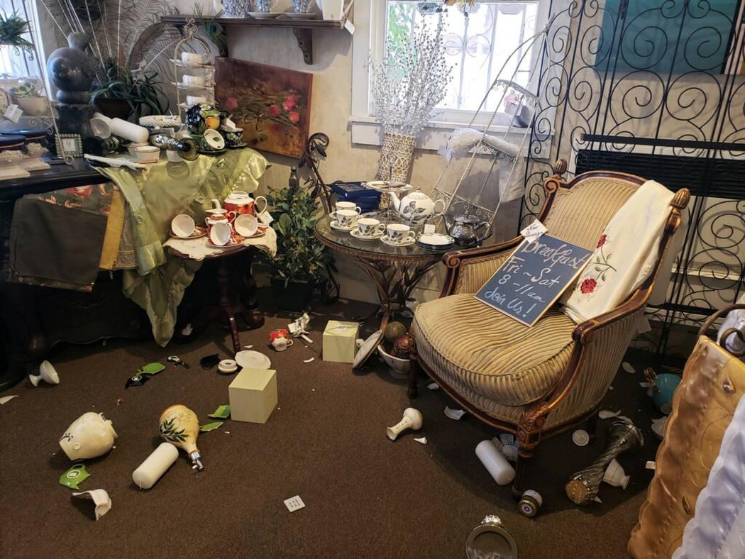 """El interior de """"My Enchanted Cottage"""" se ve después de un terremoto del jueves, 4 de julio de ..."""