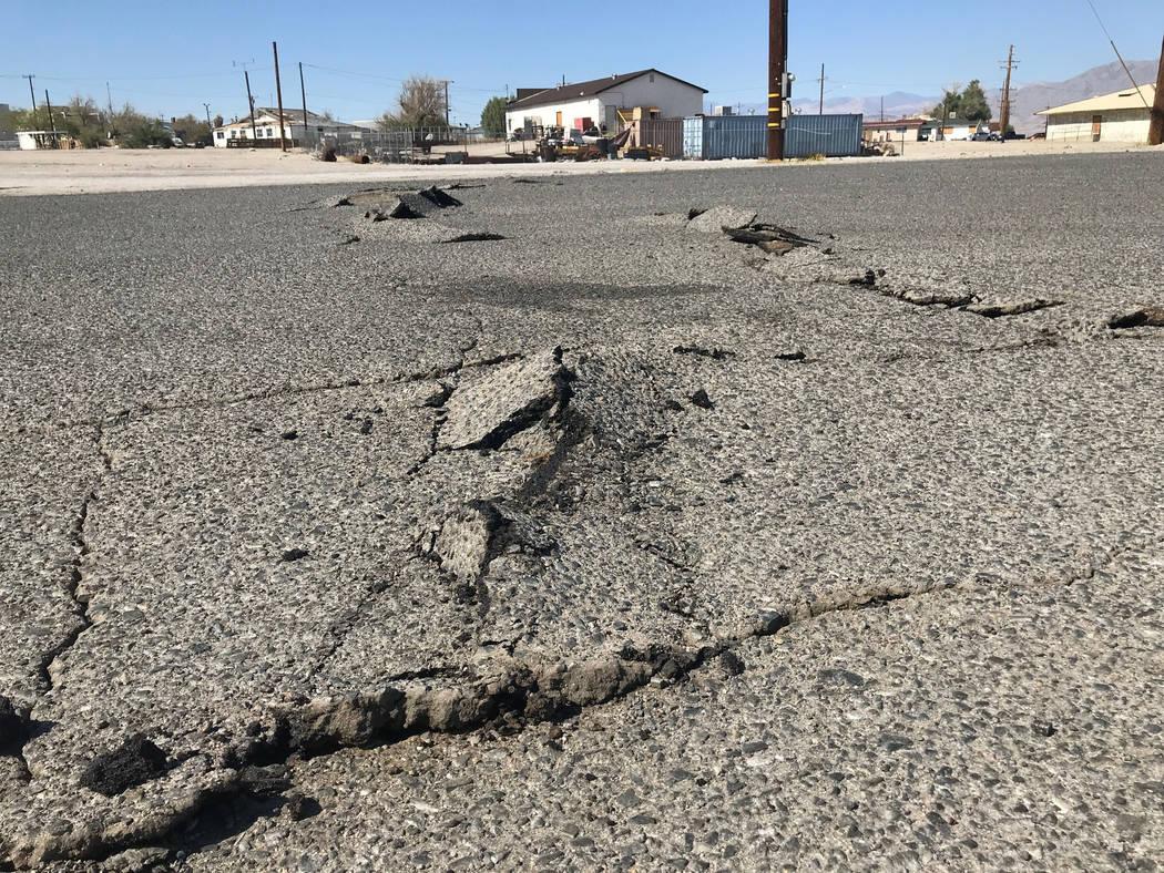 Una carretera quedó dañada por un terremoto el jueves, 4 de julio de 2019 en Trona, Californi ...