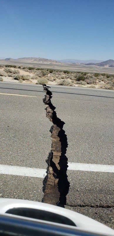 La ruta estatal 178 entre Ridgecrest e Inyokern, California, se dañó durante un terremoto de ...