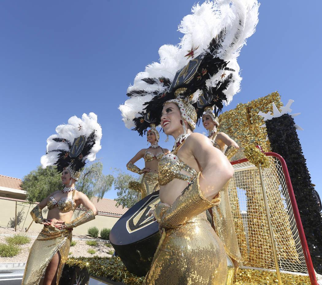 Las bailarinas de los Golden Knights toman una foto grupal durante el 25º desfile patriótico ...