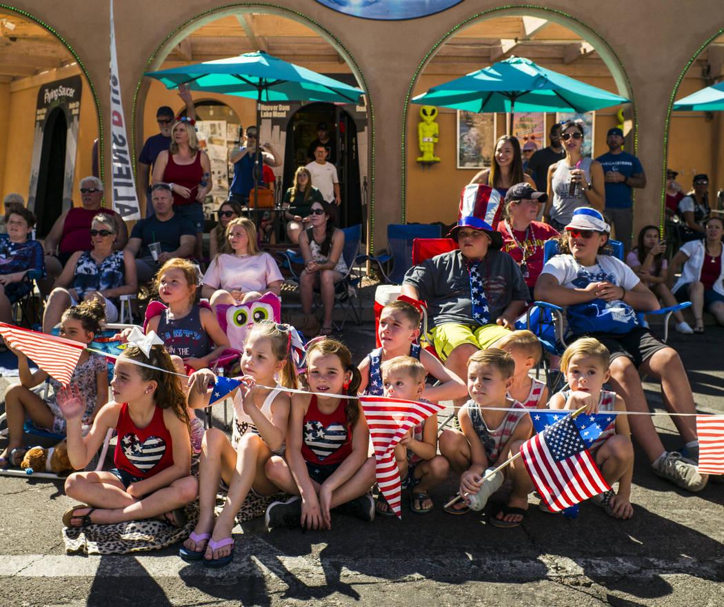 Los espectadores observan a los participantes del desfile pasar en la celebración anual de Dam ...