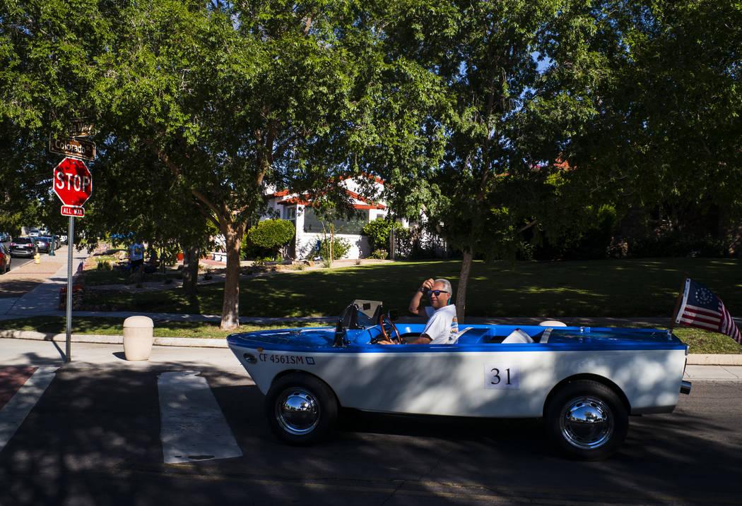 Kevin Savord, residente de Boulder City, conduce un bote antes de participar en el desfile en l ...