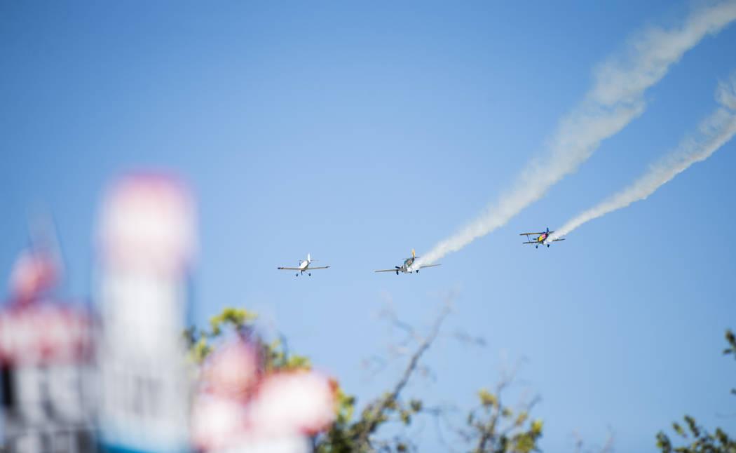 Los aviones tripulados por miembros del Grupo de vuelo de veteranos de Boulder City vuelan por ...