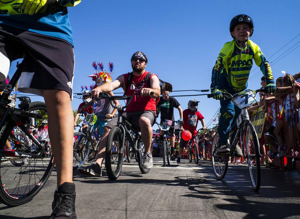 Los participantes del desfile con Boulder MX viajan a lo largo de la ruta del desfile durante l ...