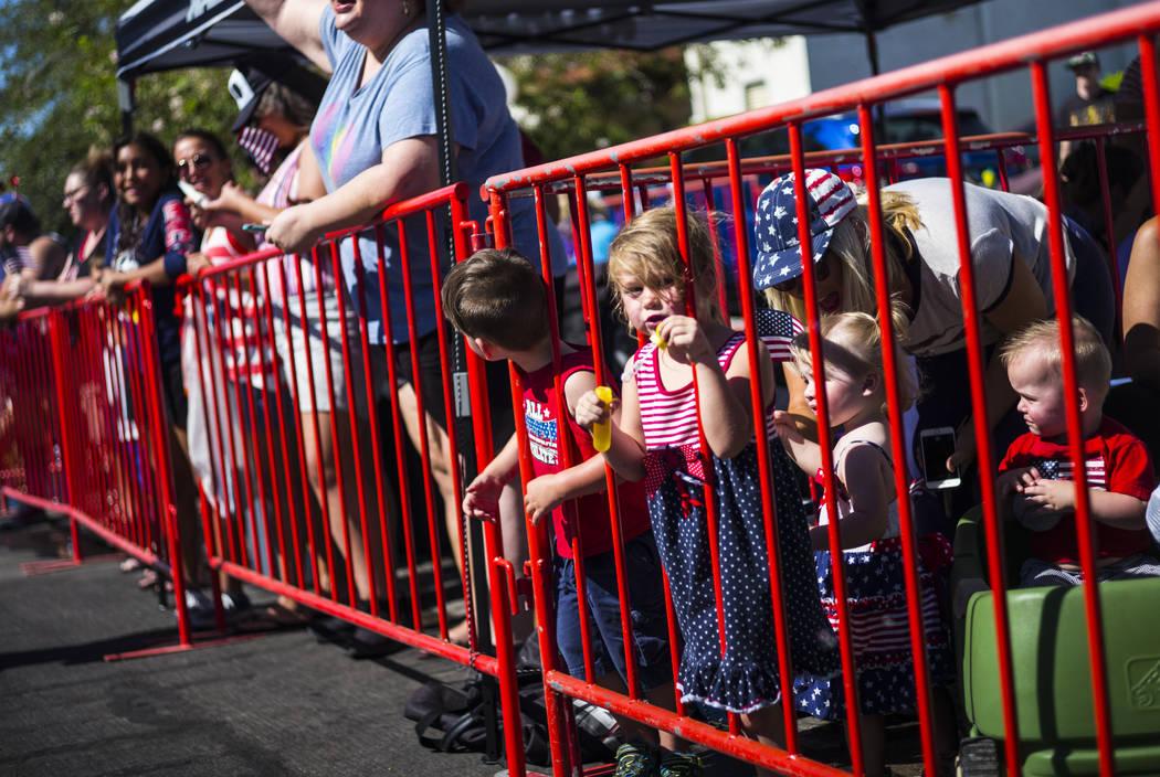 Un joven espectador sopla burbujas mientras ve el desfile en la celebración anual de Damboree ...