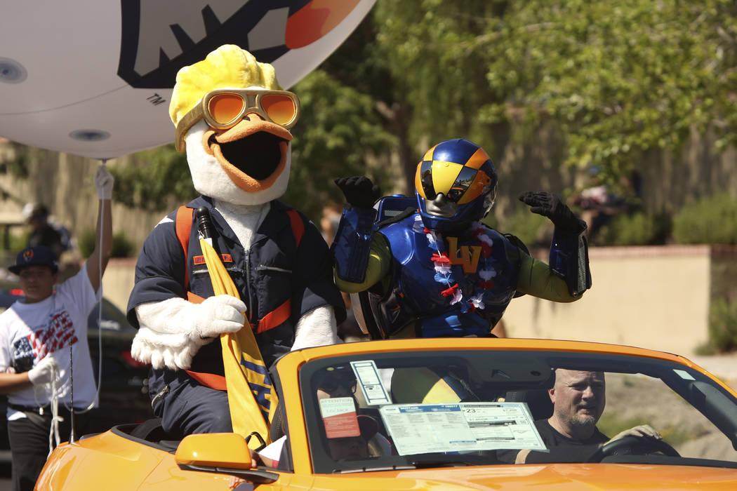 Las mascotas de los Aviators de Las Vegas saludan a los espectadores durante el 25º desfile pa ...