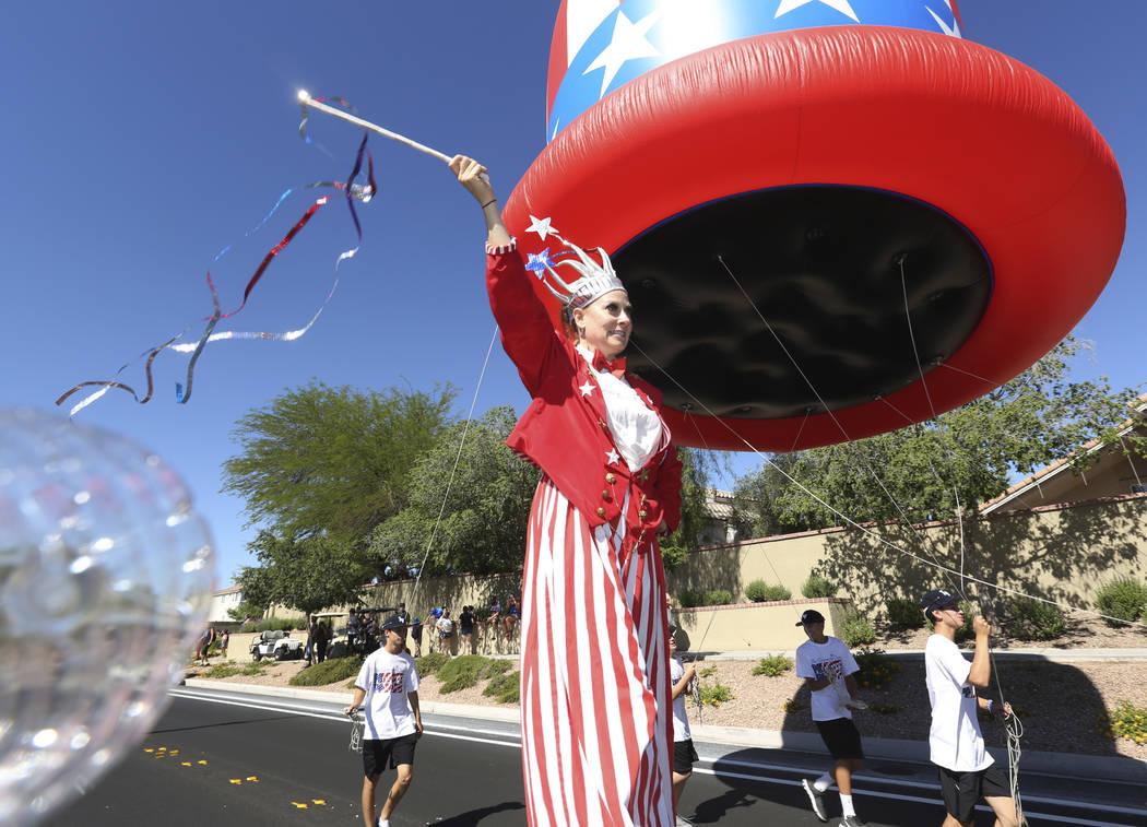 Sara Back agita su batuta durante el 25º desfile patriótico anual del Consejo de Summerlin el ...