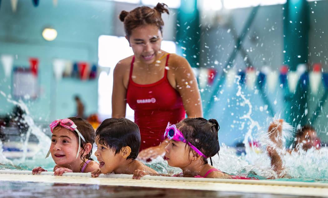 Lorelai Zimring, 5, de izquierda a derecha, Stefan Flores, 4, y Ariana Villeda, 4, practican ju ...