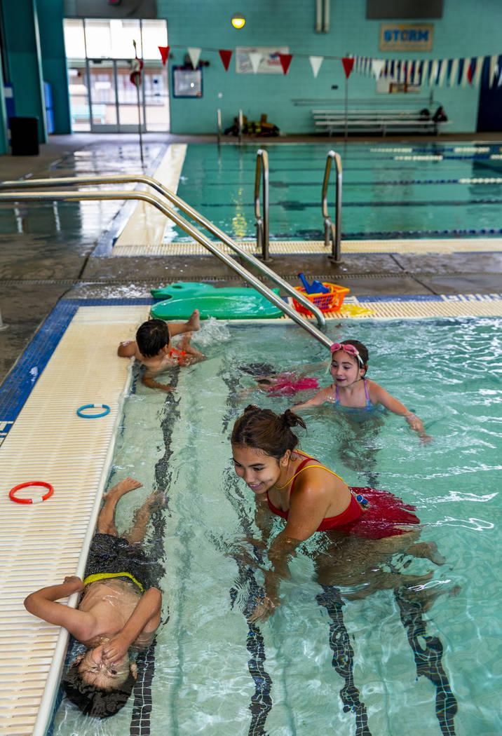 La instructora de natación Shanneal Ocular, centro, observa a sus estudiantes Stefan Flores, 4 ...